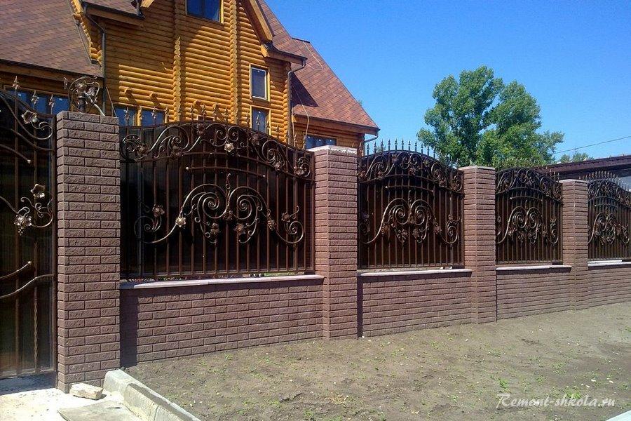 красивый забор из кирпича с кованными экранами