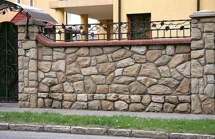 Красивый забор из натурального камня