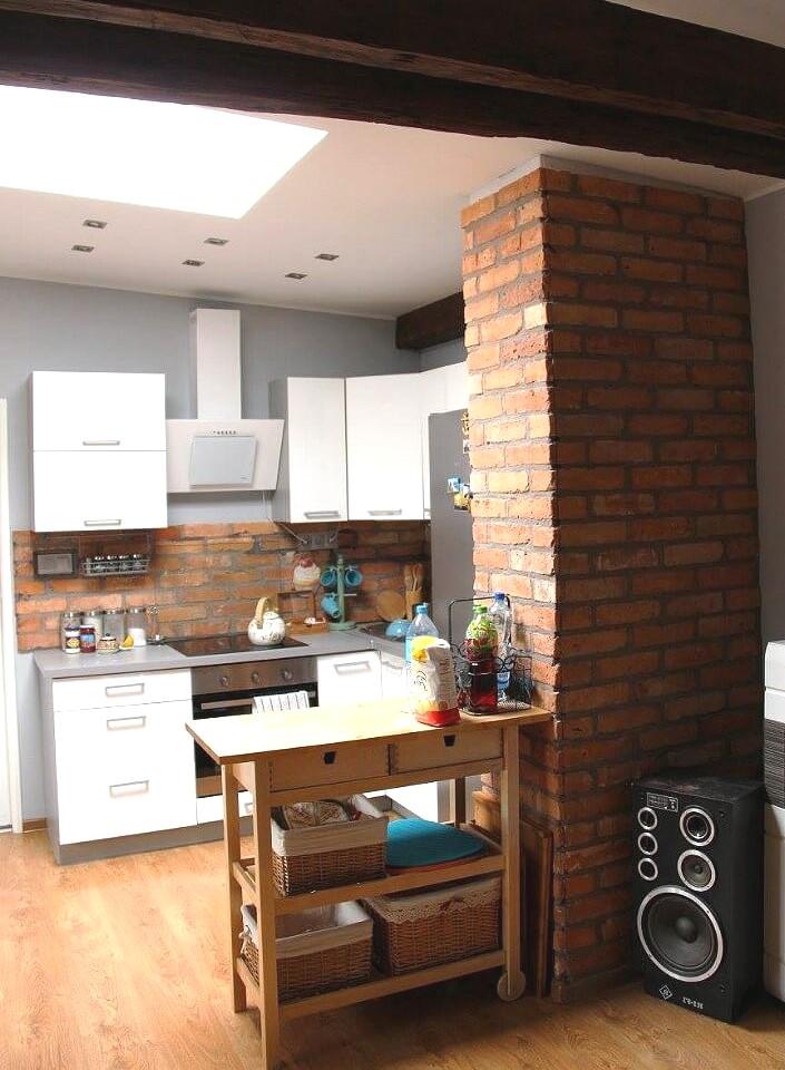Кухня с фартуком и стеной из красного кирпича