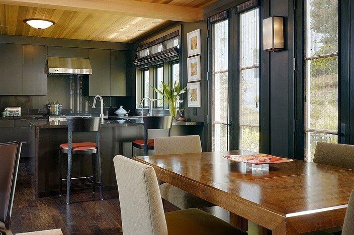 Кухня совмещённая со столовой с чёрными стенами
