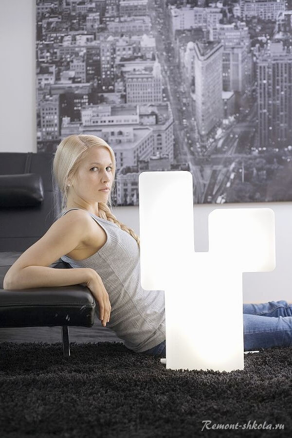 Женщина в комнате сосветильником