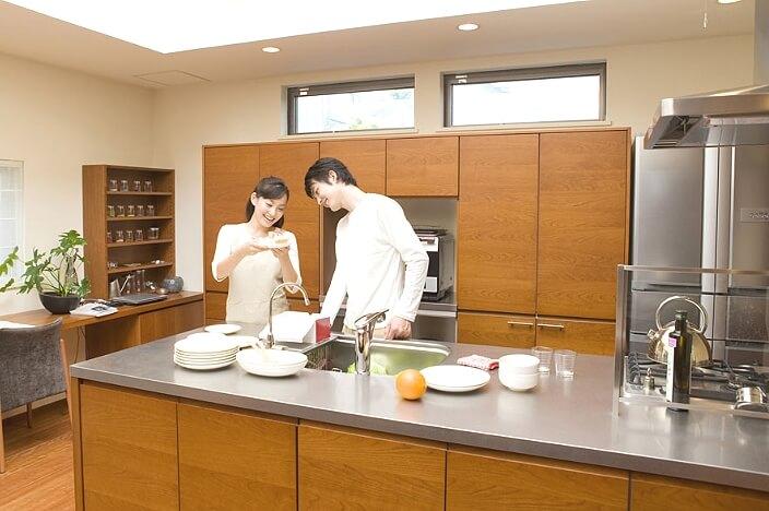 Металлическая столешница на кухне