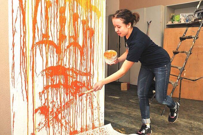 Нанесение брызг краски кисточкой