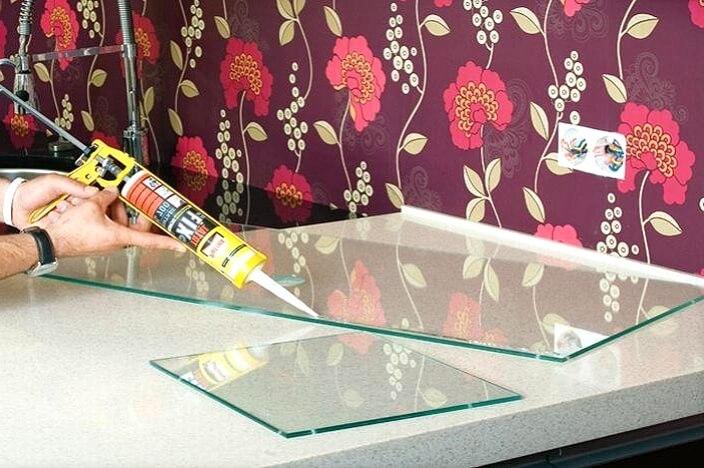 Нанесение клея на стекло для фартука