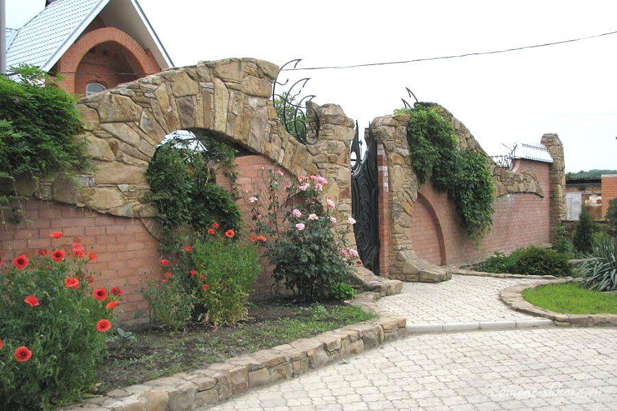 необычный забор из камня