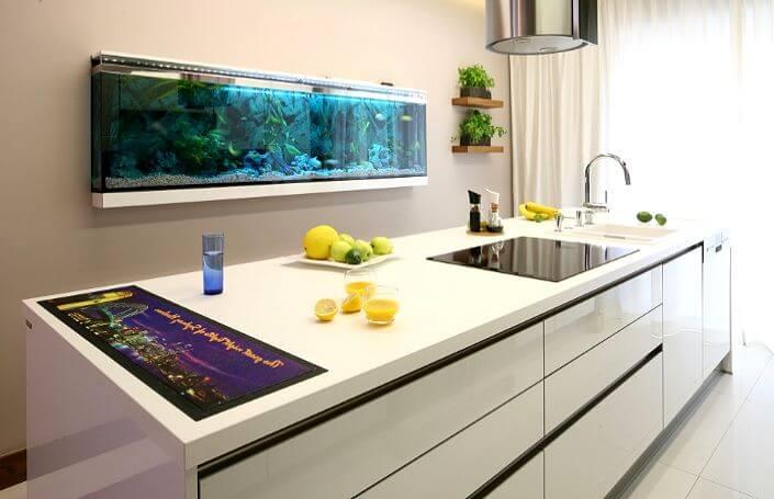 островная кухня с аквариумом