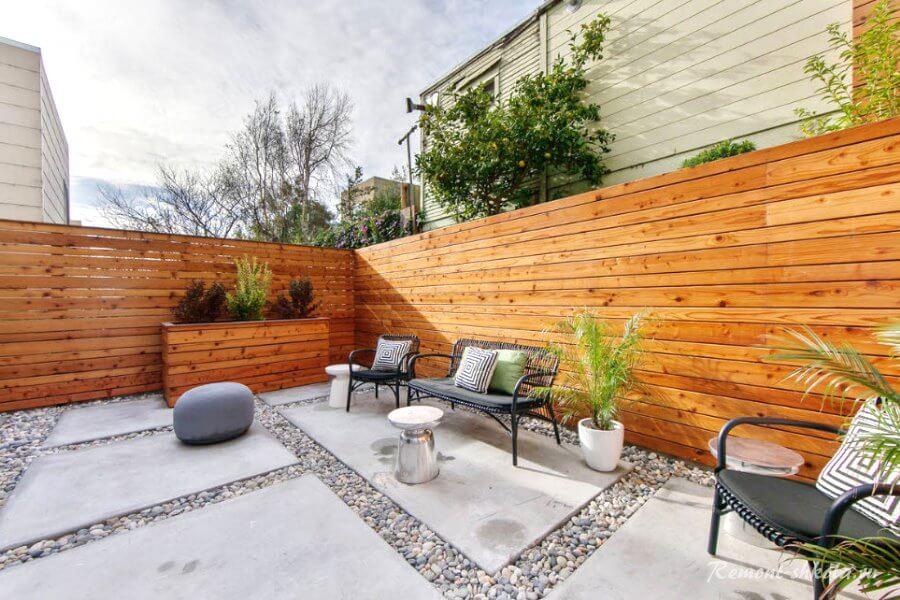 простой забор из натурального дерева