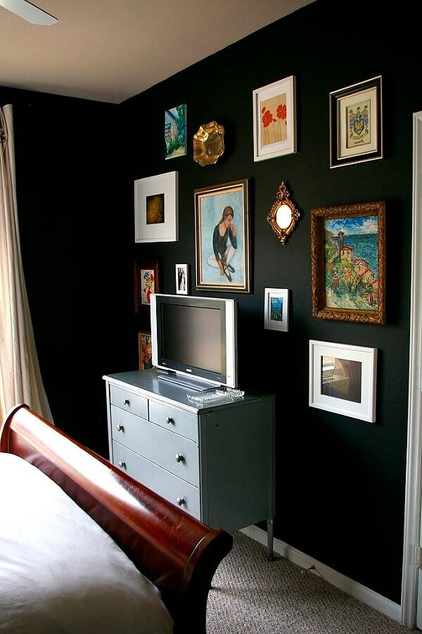 Спальня с чёрной акцентной стеной