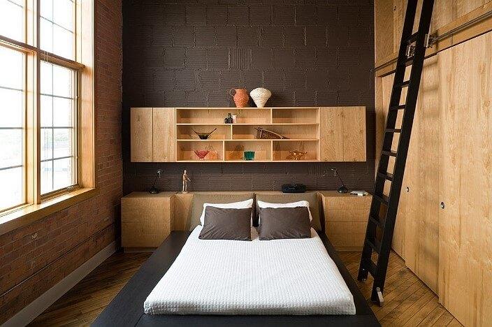 Спальня с коричневой акцентной стеной