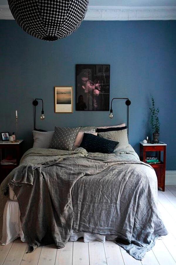 Спальня с синей акцентной стеной