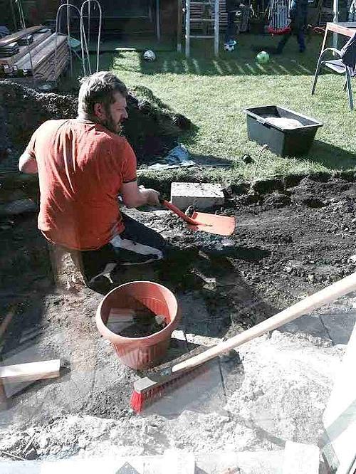 Удаление грунта лопатой.
