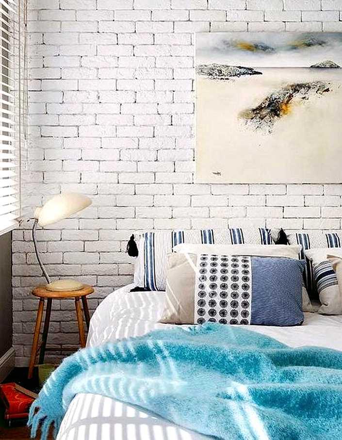 стена под белый кирпич в интерьере спальни