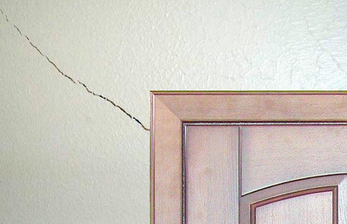 трещина в стене фото