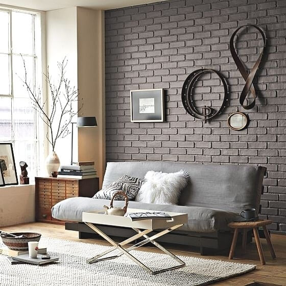 Тёмная стена из декоративного кирпича