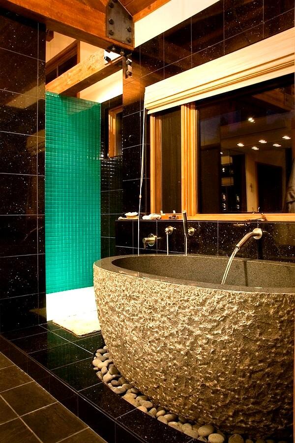 Ванная со стенами из чёрной плитки