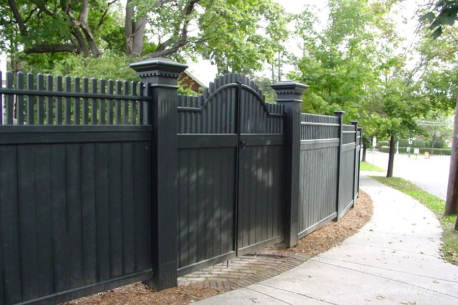 высокий деревянный забор в чёрном цвете