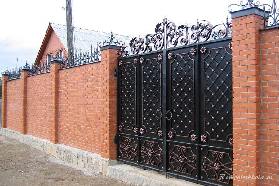 высокий классический забор из красного кирпича