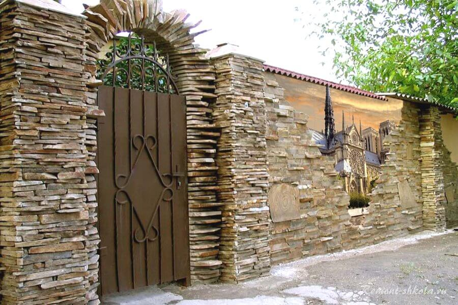 забор из камня с рисунком