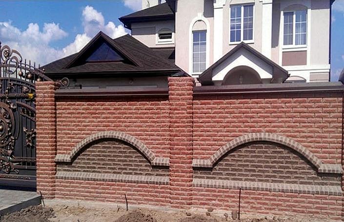 Красивый забор из кирпича с арками в проемах