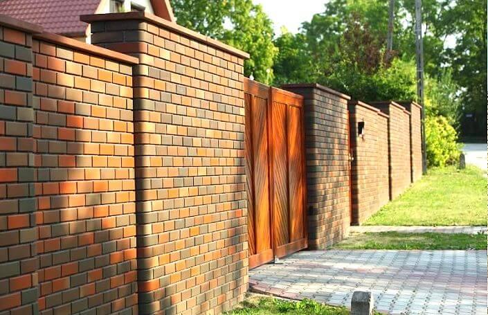 Красивый забор из клинкерного кирпича