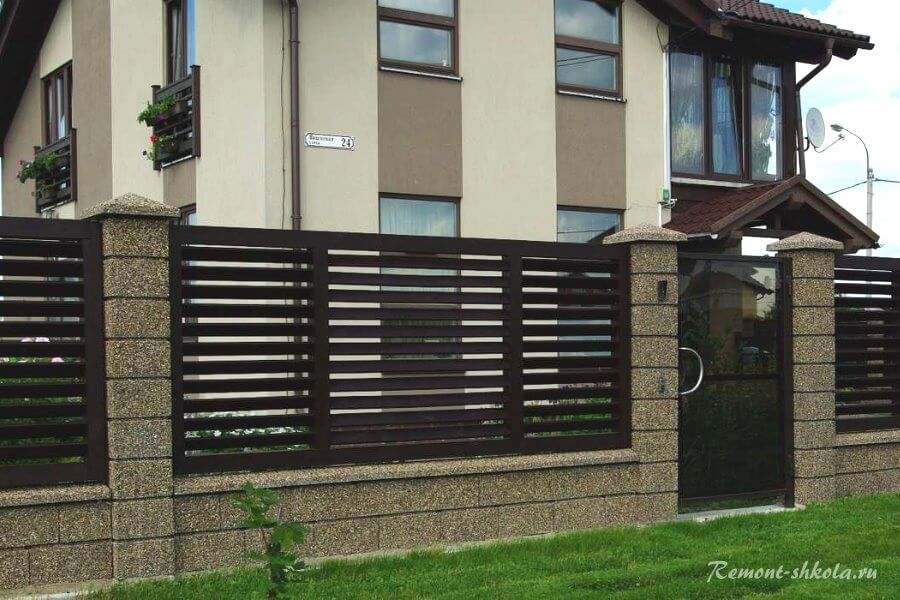 забор из кирпича с деревянными экранами