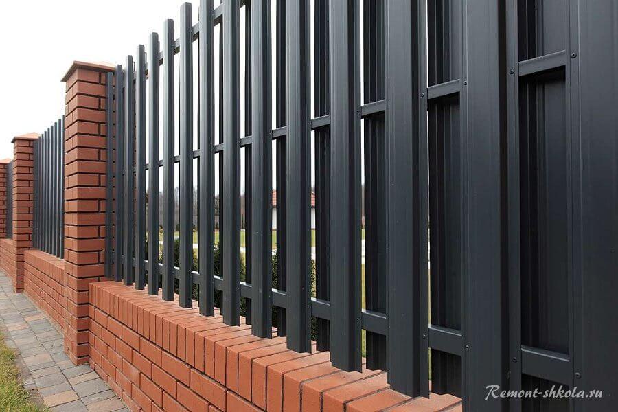 забор из кирпича с металлическим штакетником