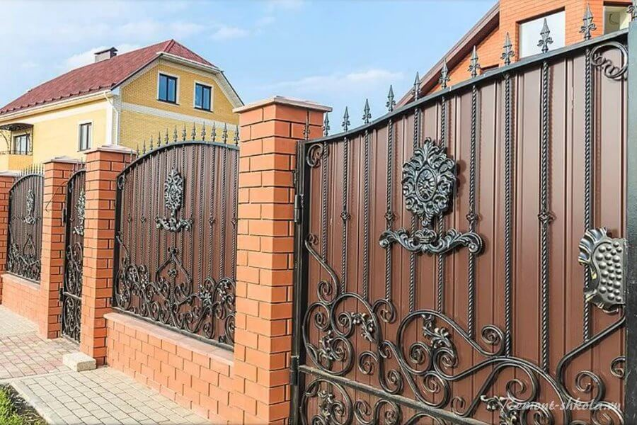 забор из красного кирпича ковки и профнастила
