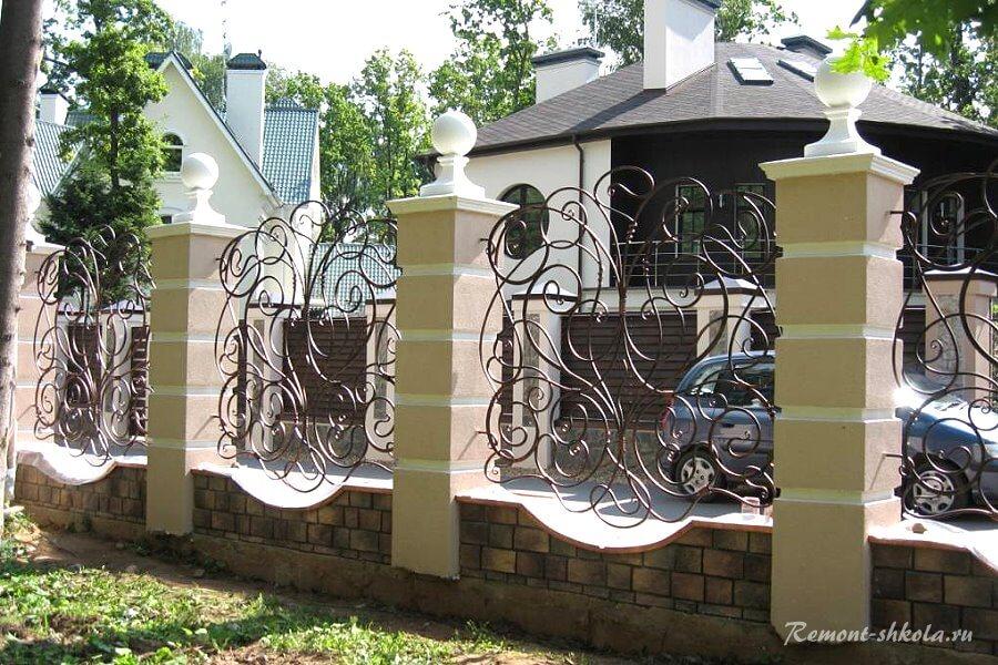 забор из секционных столбов и ковки