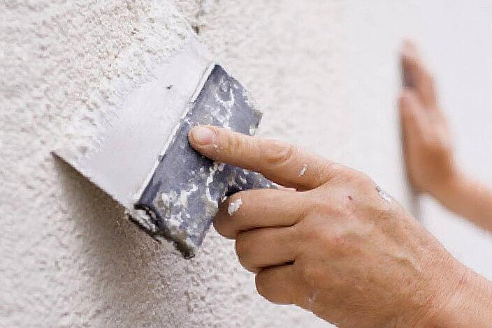 Сглаживание штукатурки поверхности фасада